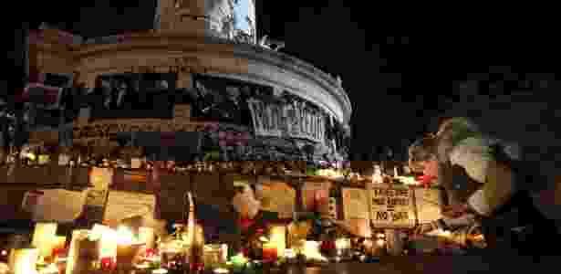 Franceses depositam homenagens aos mortos nos ataques em Paris em memorial montado na praça da República - Sebastien Nogier/EFE