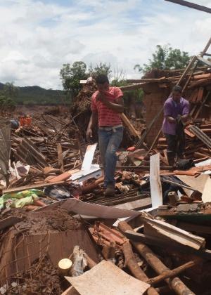 Moradores vasculham destroços das casas onde moravam em busca de pertences em Bento Rodrigues, Mariana (MG)