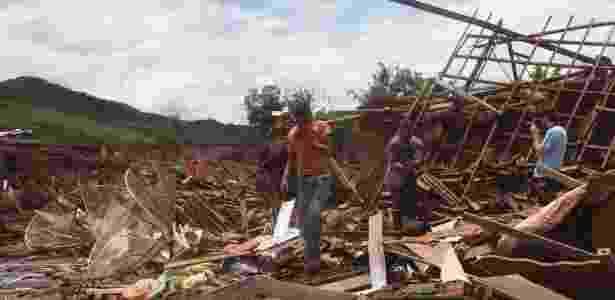 4.dez.2015 - Moradores vasculham destroços das casas onde moravam em busca de pertences em Bento Rodrigues, Minas Gerais - Mister Shadow/Estadão Conteúdo