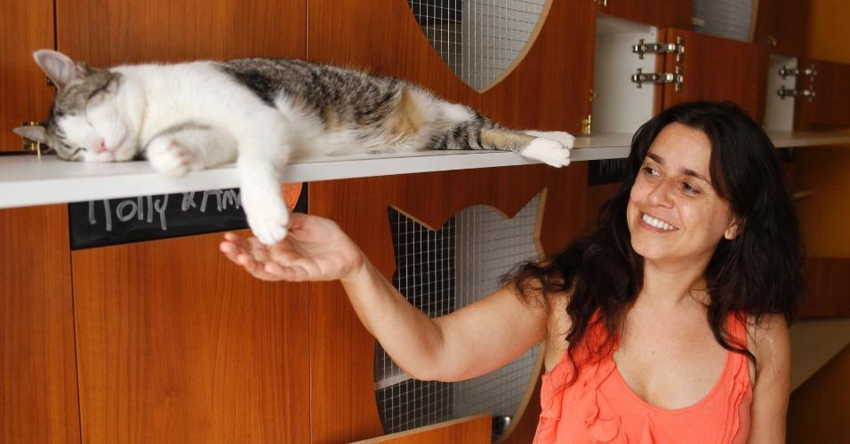 Virginia Gómez e seu gato Francisco. Ela é dona do hotel boutique para gatos Yellow, em Montevidéu, no Uruguai. O local dá tratamento individualizado para os felinos. Entre os mimos, eles têm direito a suítes individuais