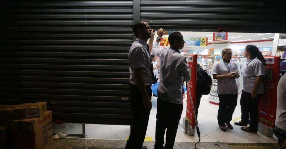 21.jan.2016 - Comerciantes fecham as portas de lojas do centro de São Paulo durante quinto ato convocado pelo MPL (Movimento Passe Livre) contra o aumento das passagens de ônibus e metrô da capital paulista. O protesto teve início do Terminal Parque Dom Pedro 2º