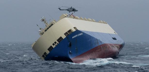 Autoridades tentam rebocar o cargueiro Modern Express para evitar um desastre ambiental