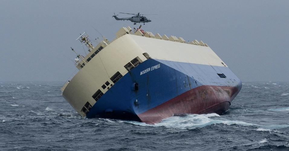 30.jan.2016 -  O navio Modern Express, de bandeira panamenha, está avariado e em rota de colisão com a costa da França. Ele começou a tombar no último dia 26, e todos os 22 tripulantes foram resgatados por um helicóptero após um chamado de emergência, e autoridades tentam rebocá-lo para evitar um desastre ambiental