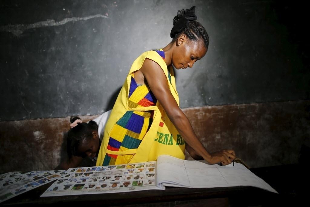 6.mar.2016 - Mesária prepara materiais de votação durante as eleições presidenciais de Benin. Os benineses começaram neste domingo a votar para escolher o sucessor do atual presidente, Boni Yayi, que não pode concorrer à reeleição após esgotar os dois mandatos que lhe concede a Constituição. Cerca de 8.000 colégios eleitorais abriram com normalidade às 7h (horário local, 3h de Brasília) para realizar o primeiro turno das presidenciais, no qual 33 candidatos lutam pela presidência
