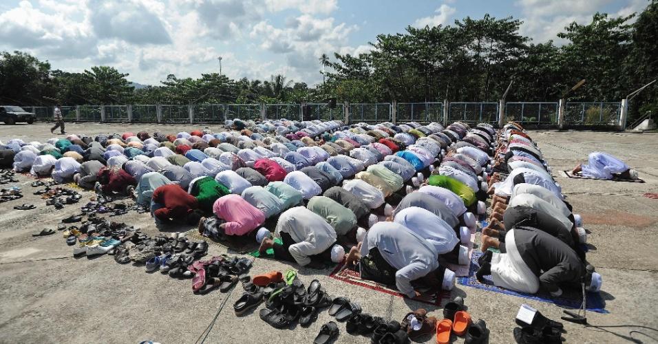 15.mar.2016 - Muçulmanos rezam pedindo paz em frente a hospital da província de Cho Ai Rong, na Tailândia, onde supostos separatistas realizaram um ataque contra escritórios do governo. Após o episódio, o exército reforçou a segurança nas províncias de maioria muçulmana no país