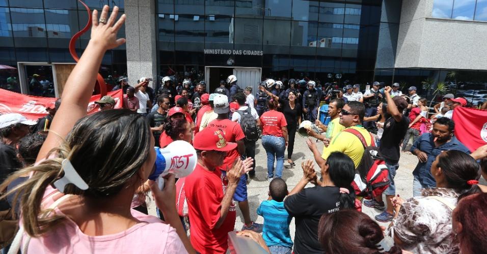 16.mar.2016 - Um grupo de aproximadamente 500 integrantes do Movimento dos Trabalhadores Sem Teto (MTST) tenta invadir a sede do Ministério das Cidades, em Brasília, em protesto contra os cortes no programa Minha Casa Minha Vida anunciados pelo governo