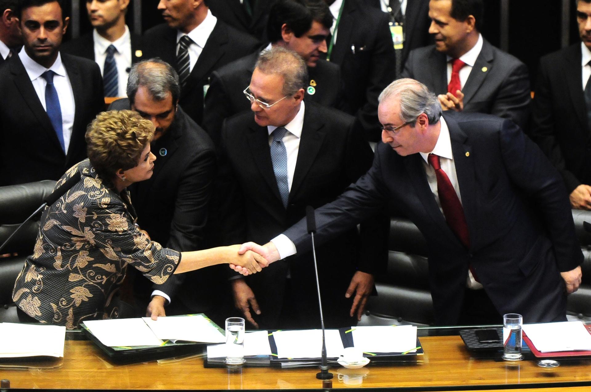 2.fev.2016 - A presidente Dilma Rousseff cumprimenta o presidente da Câmara dos Deputados, Eduardo Cunha, durante abertura do ano legislativo no Congresso Nacional. Entre eles, o presidente do Senado, Renan Calheiros