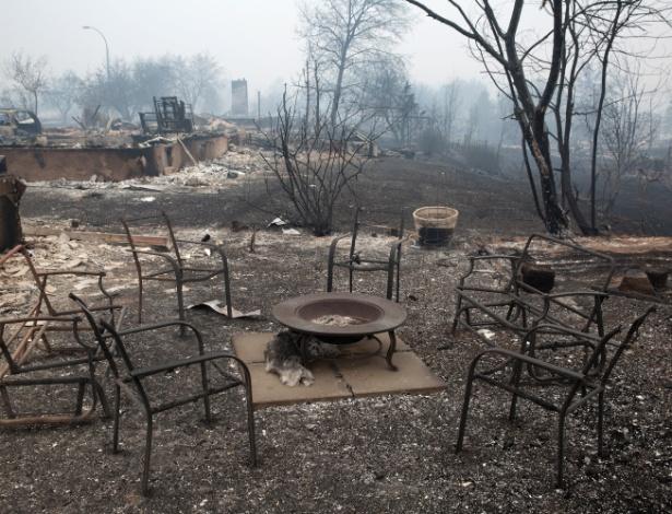 7.mai.2016 - Móveis e árvores queimados em Beacon Hill, Fort McMurray (Canadá)