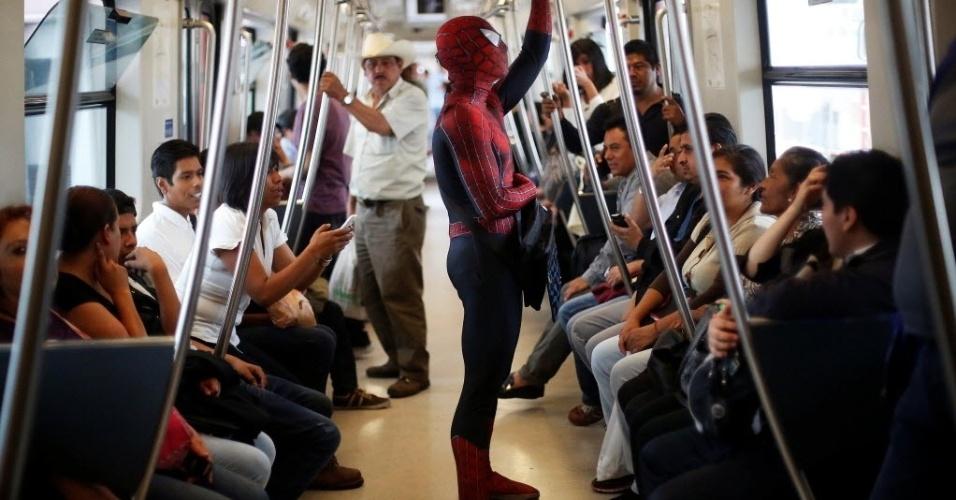 3.jun.2016 - Moises Vazquez, um professor de ciência da computação de 26 anos, anda de metrô a caminho do trabalho na Cidade do México. Todos os dias, ele sai de casa vestido como o Homem-Aranha para dar aula na Universidade Nacional Autônoma do México