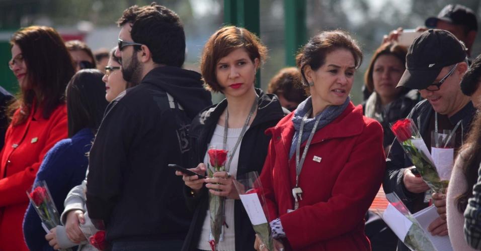 9.jun.2016 - Grupo de manifestantes simpatizantes de Dilma Rousseff (PT) aguardam com flores a chegada da presidenta afastada, na cidde de Campinas (SP). Dilma vem à cidade visitar o Projeto Sírius, de construção de um acelerador de partículas, no Centro Nacional de Pesquisa em Energia e Materiais (CNPEM)