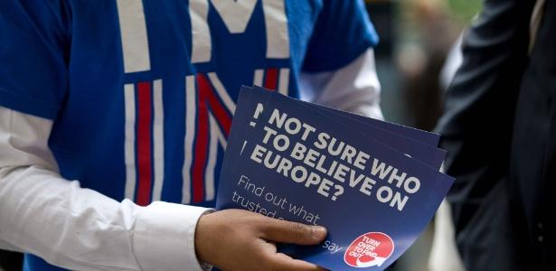 Partidário da permanência do Reino Unido na União Europeia faz campanha para convencer indecisos, na estação Waterloo em Londres (Inglaterra)