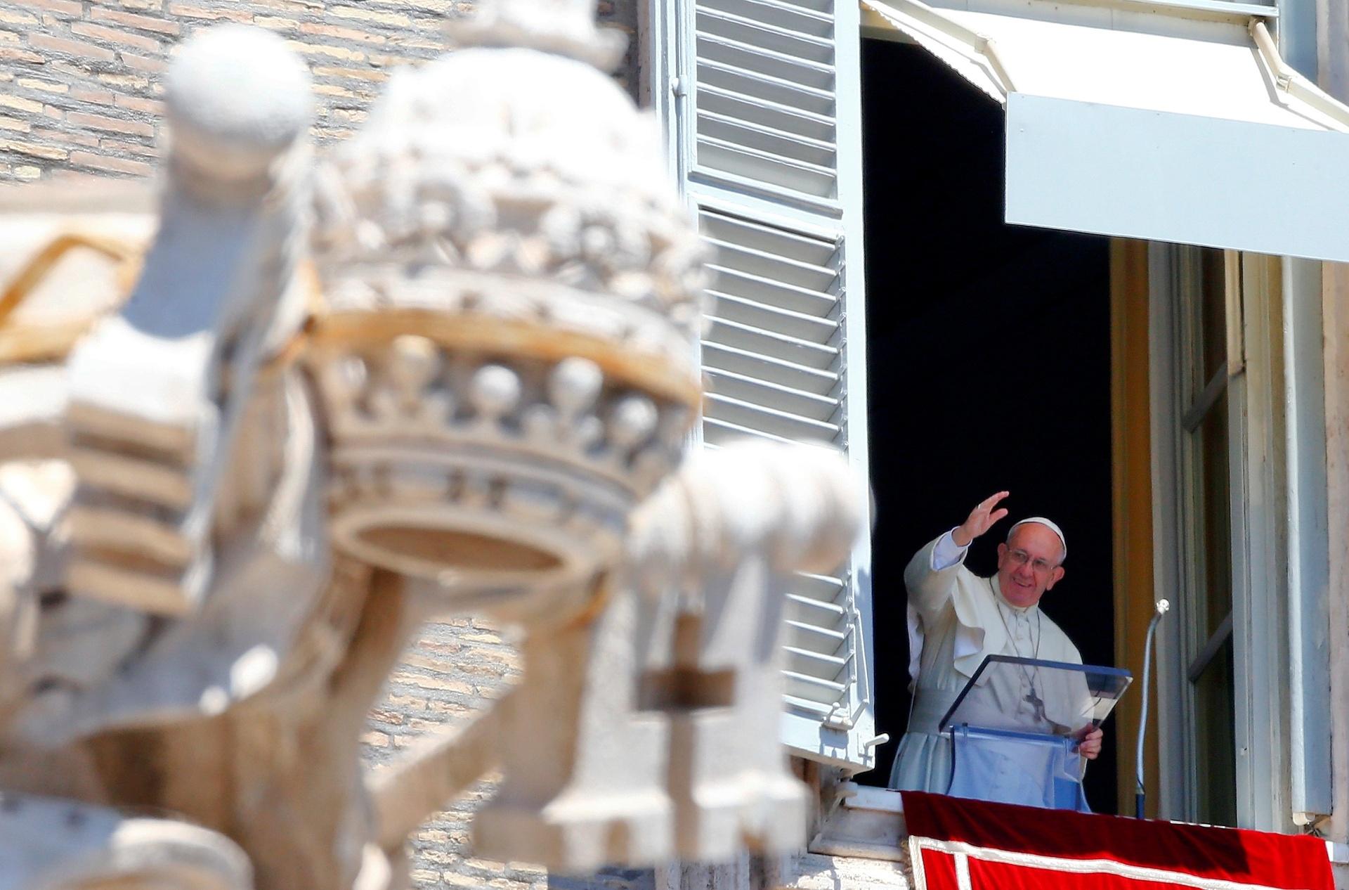 17.jul.2016 - Papa Francisco acena durante a reza do Ângelus dominical, no Vaticano. O papa encorajou neste domingo (17) a