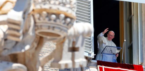 Papa Francisco acena durante a reza do Ângelus dominical, no Vaticano