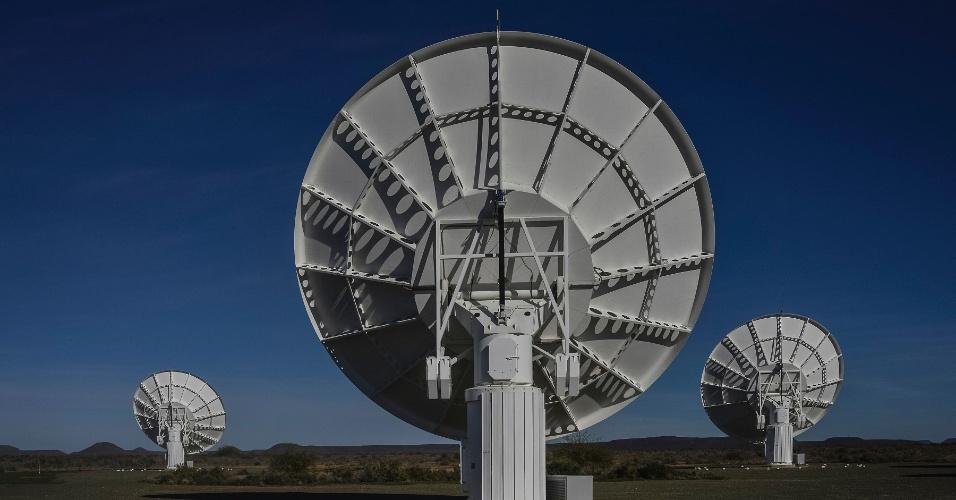 17.jul.2016 - Parte do conjunto de pratos que formam o radiotelescópio MeerKAT, na África do Sul. O MeerKAT, ainda em construção, deu uma demonstração de sua potência este sábado (16), revelando 1.300 galáxias detectadas em uma minúscula parte do universo, onde apenas 70 eram conhecidas