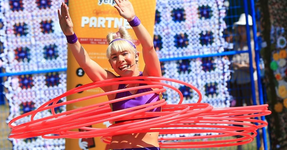 21.ago.2016 - Quantos bambolês você consegue girar? Esta mulher rebolou com dezenas deles em uma festival de Ontário, no Canadá