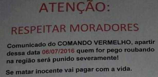Cartazes foram espalhados com mensagesns proibindo roubos em favela do Rio