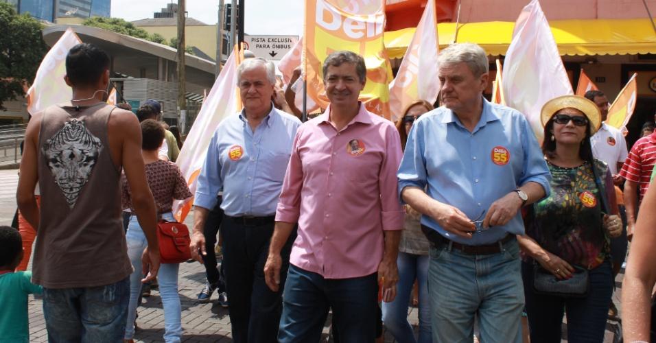 1.out.2016 - De camisa rosa na imagem, Délio Malheiros (PSD), candidato a prefeito de Belo Horizonte, visitou as regiões central e oeste da cidade no último dia de campanha