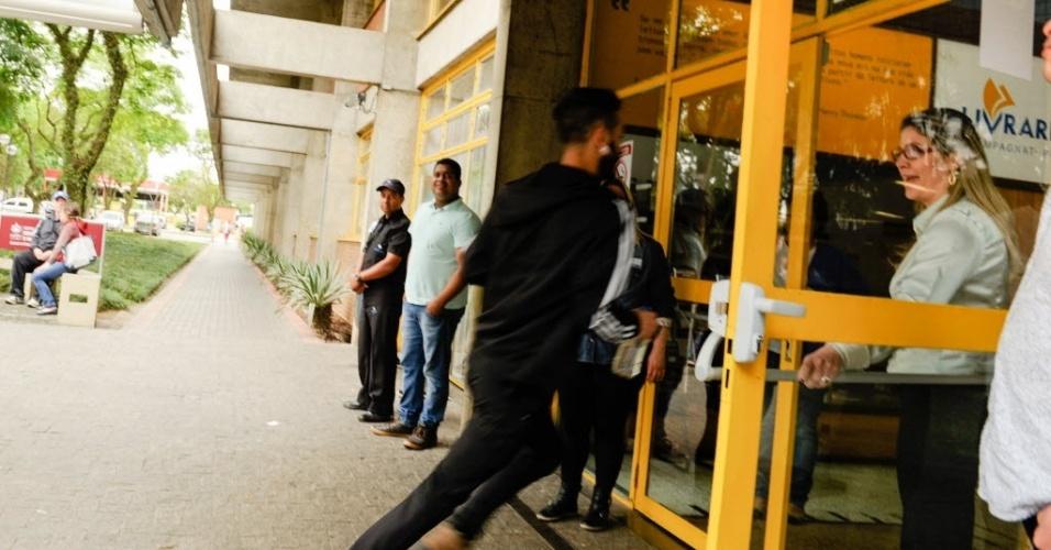 6.nov.2016 - Estudantes correm para não ficarem para o lado fora instantes antes do fechamento dos portões para o Enem na PUC (Pontifícia Universidade Católica) de Curitiba, neste domingo (6)