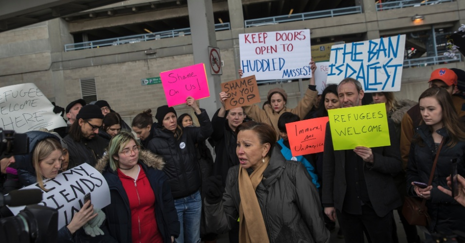 29.jan.2016 - A parlamentar democrata Nydia Velasquez (de cachecol bege) participa de ato do lado de fora do Aeroporto Internacional John F. Kennedy, em Nova York, contra ordem executiva do presidente Donald Trump que proibiu a entrada nos EUA de refugiados de sete países predominantemente muçulmanos