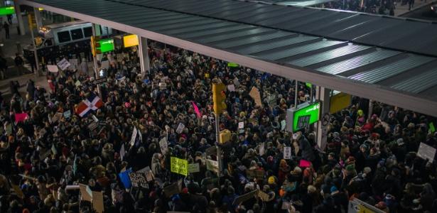 28.jan.2017 - Manifestantes protestam contra decreto de Trump que proíbe entrada de imigrantes no país, no aeroporto internacional de Nova York