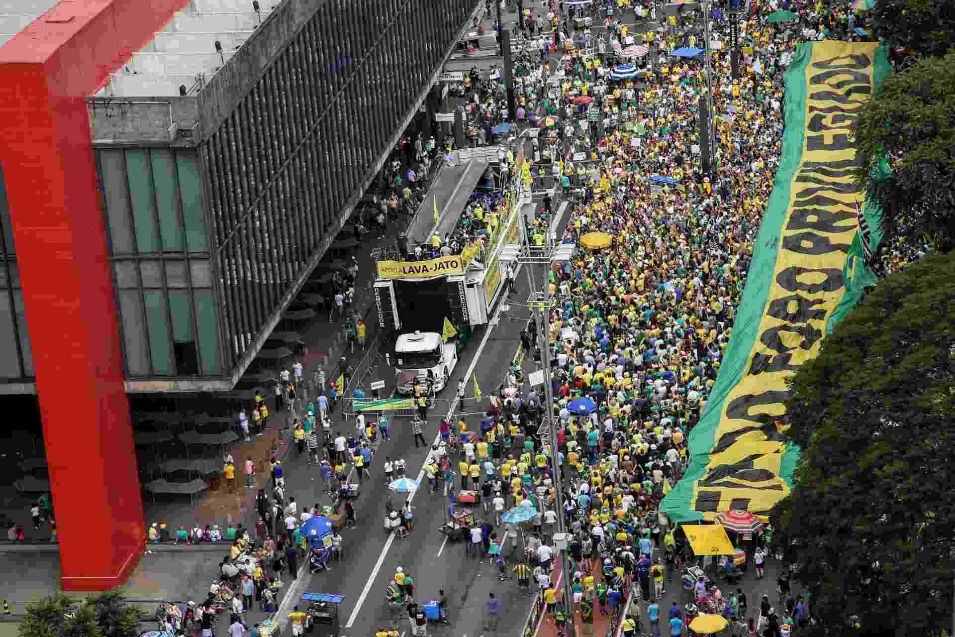 Manifestantes com faixa que pede o fim do foro privilegiado em ato na av. Paulista - Amanda Perobelli/Estadão Conteúdo