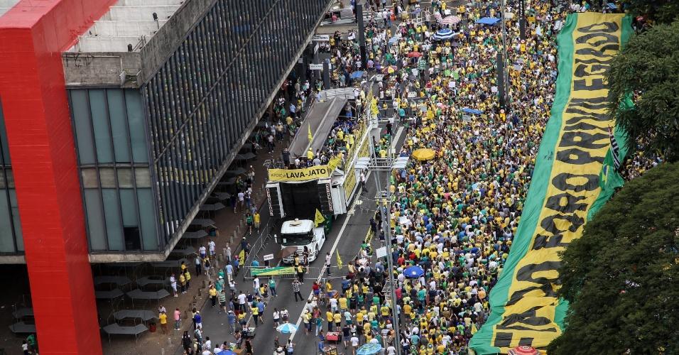 Manifestantes com faixa que pede o fim do foro privilegiado em ato na av. Paulista