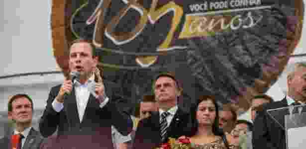 O prefeito João Doria foi paraninfo da turma de sargentos e discursa observado por Jair Bolsonaro (à dir.) - CHELLO/FRAMEPHOTO/FRAMEPHOTO/ESTADÃO CONTEÚDO