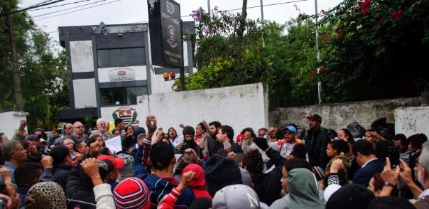 Integrantes do MTST realizam um ato em frente ao 63º DP, na Vila Jacuí, zona leste de São Paulo