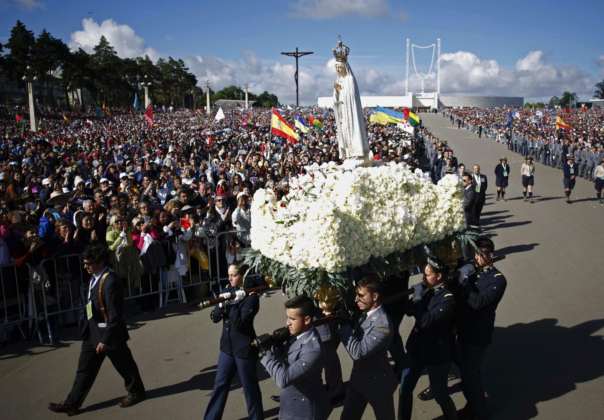13.mai.2017 - Estátua de Nossa Senhora de Fátima é levada em procissão antes da Santa Missa liderada pelo Papa Francisco