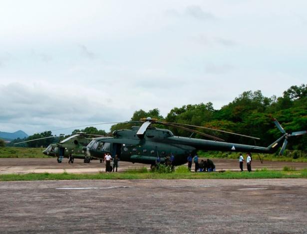 Equipes de resgate e helicópteros da Força Aérea de Mianmar que atuam nas buscas