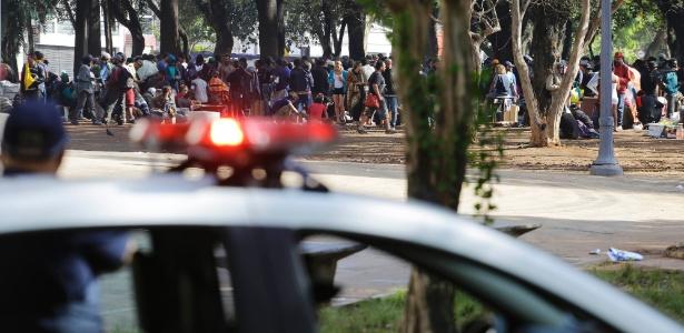 Policiais observam movimentação de usuários de drogas na Praça Princesa Isabel, centro de São Paulo