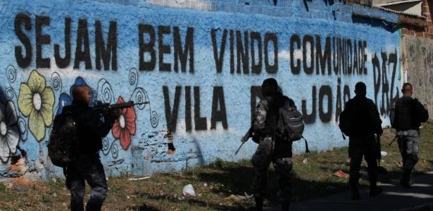 11.set.2017 - Policiais realizam operação no complexo de favelas da Maré, zona norte