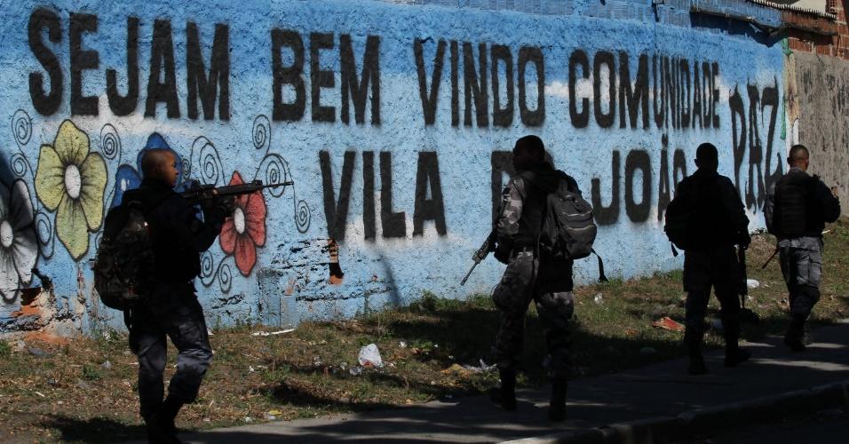 11.set.2017 - Operação policial no Complexo da Maré, na zona norte do Rio de Janeiro; Policiais militares do Batalhão de Choque realizam ação no local para reprimir o tráfico de drogas