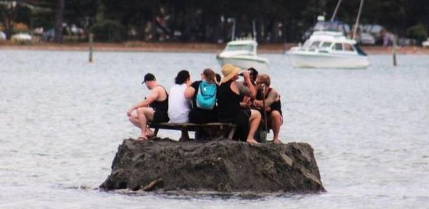 Grupo de amigos constrói ilha de areia para burlar proibição de consumir bebidas alcoólicas