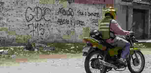 30.jan.2018 - Aviso da facção GDE (Guardiões do Estado) em muro de bairro de Fortaleza - Jarbas Oliveira/Folhapress - Jarbas Oliveira/Folhapress