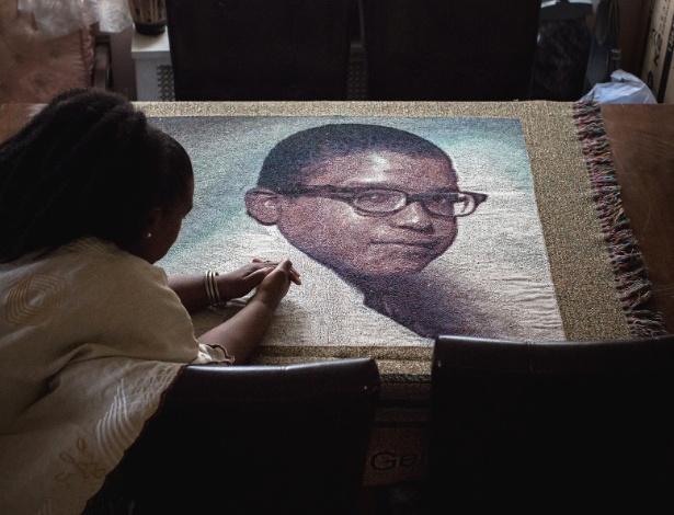 Thandi Zwana mostra colcha feita com imagem de seu irmão, Kevin Germany