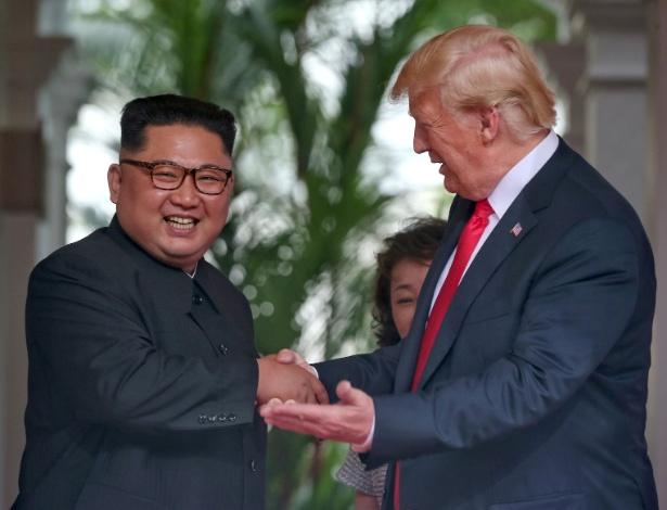 12.jun.2018 - O presidente dos EUA, Donald Trump, cumprimenta o líder norte coreano, Kim Jong-un, em Singapura - Kevin Lim/The Straits Times via Reuters