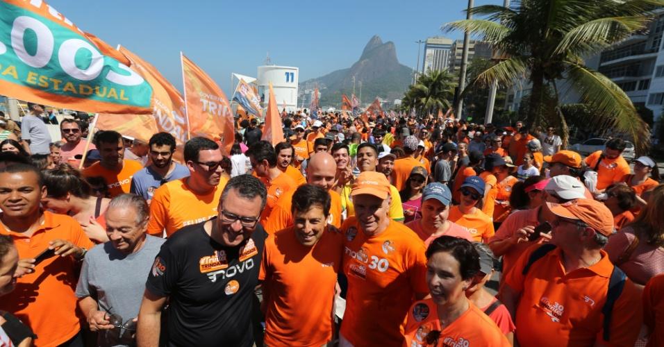 2.set.18 - O candidato do partido Novo à Presidência da República, João Amoêdo, durante caminhada realizada na orla do bairro do Leblon, na zona sul do Rio de Janeiro, na manhã deste domingo