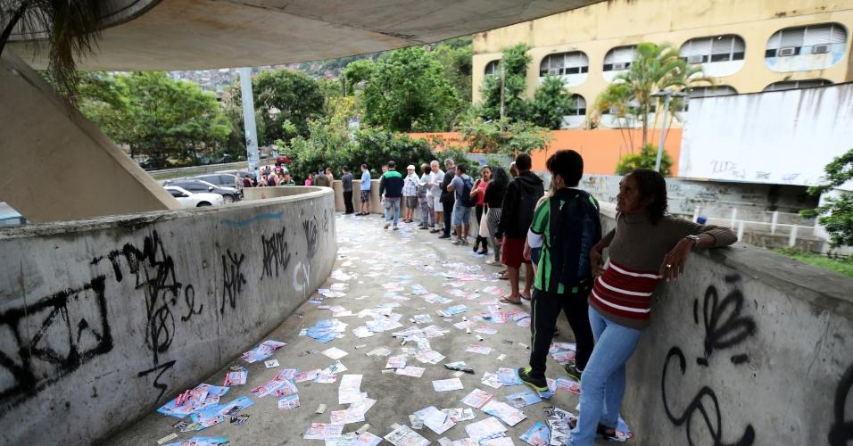 Uma fila se forma logo cedo em uma das zonas eleitorais do Rio de Janeiro