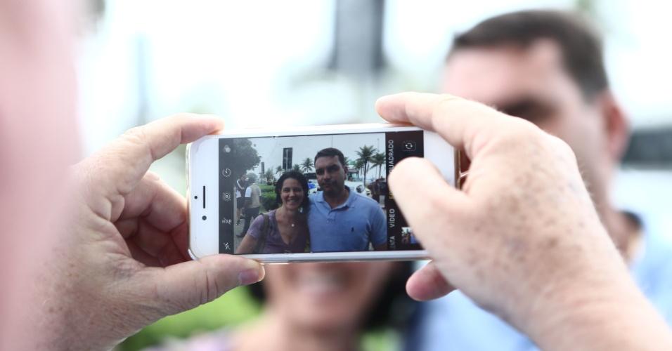 08.out.2018 - O senador eleito Flávio Bolsonaro (PSL) dá entrevista coletiva em frente ao condomínio onde vive seu pai, Jair Bolsonaro (PSL), nesta segunda-feira (8)
