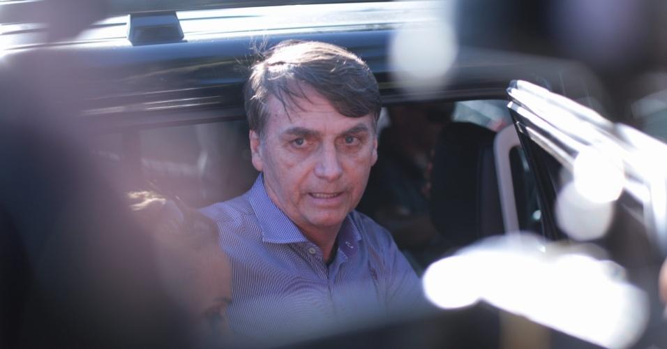 12.nov.2018 - O presidente eleito, Jair Bolsonaro, fala com a imprensa na porta do carro, escoltado por policiais federais, na volta do banco, na porta do condomínio onde mora, na Barra da Tijuca, no Rio