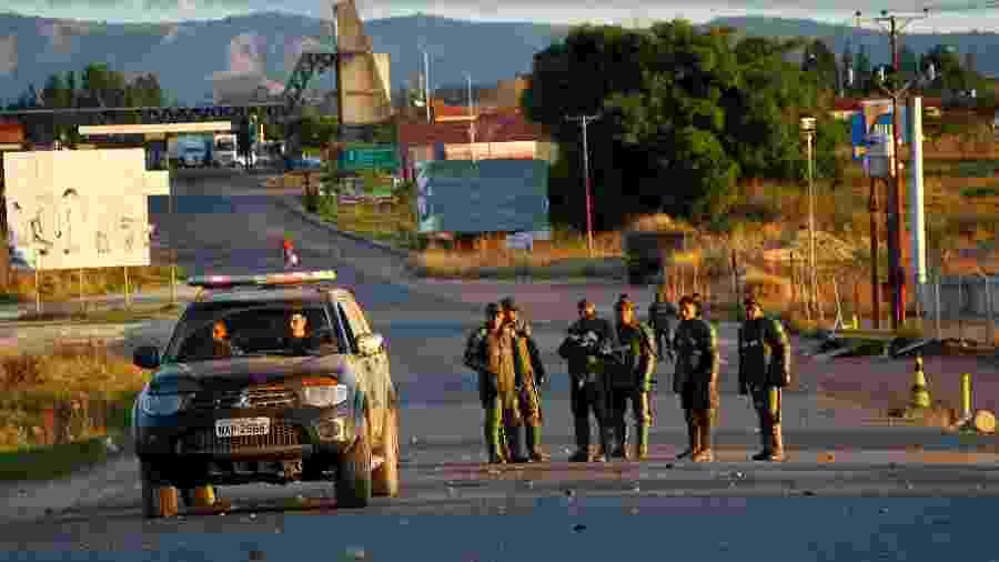 Policiais federais conversam com agentes da Guarda Nacional Bolivariana no lado venezuelano da fronteira com o Brasil, em Pacaraima (RR) - Edmar Barros/Estadão Conteúdo