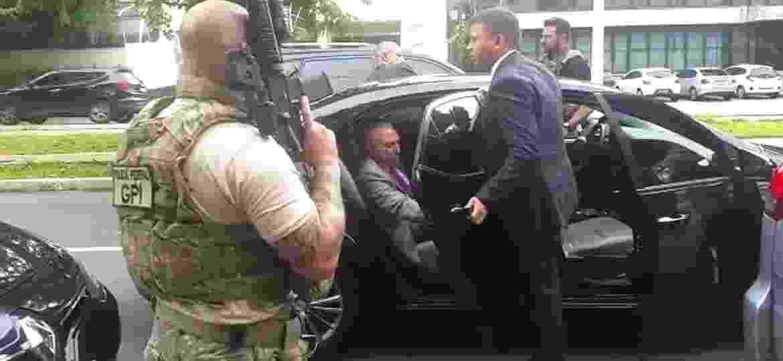 O ex-presidente Michel Temer é conduzido por policiais até o carro em frete à sua residência em São Paulo na manhã de quinta-feira (21) - Reprodução/TV Globo