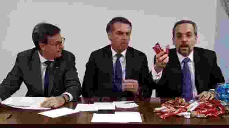 Ministro leva bombons para a transmissão semanal do presidente Bolsonaro - Reprodução
