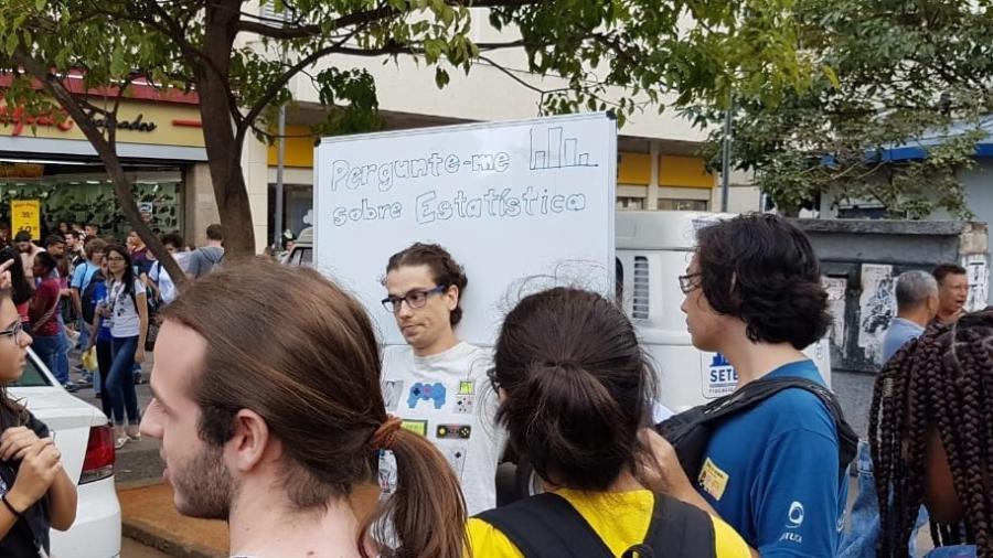 15.mai.2019 - Manifestante participa do evento Ciência nas Ruas em Campinas (SP) - Thiago Varella/UOL