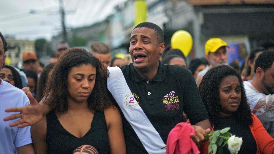 Parentes se despedem da criança Agatha Félix, assassinada aos 8 anos de idade, no Rio - Carl de Souza/AFP