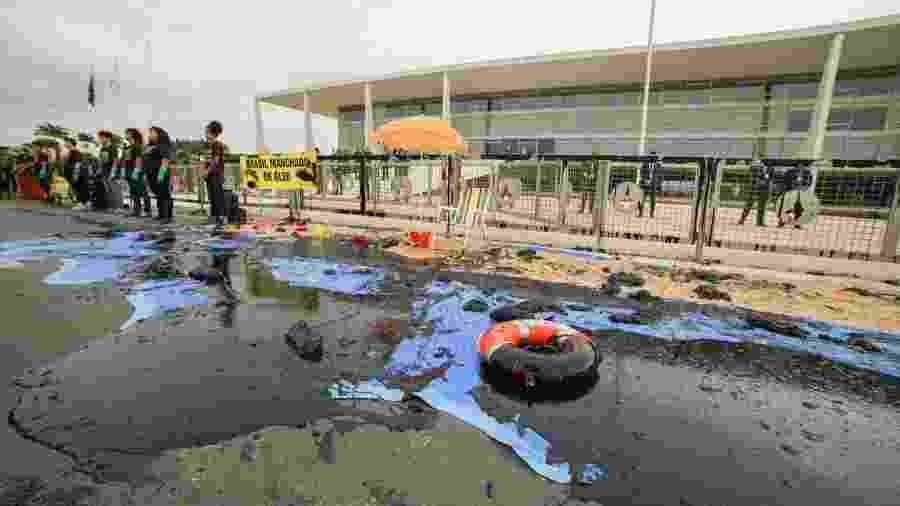 Ativistas protestam em frente ao Palácio do Planalto contra vazamento de óleo  - Christian Braga