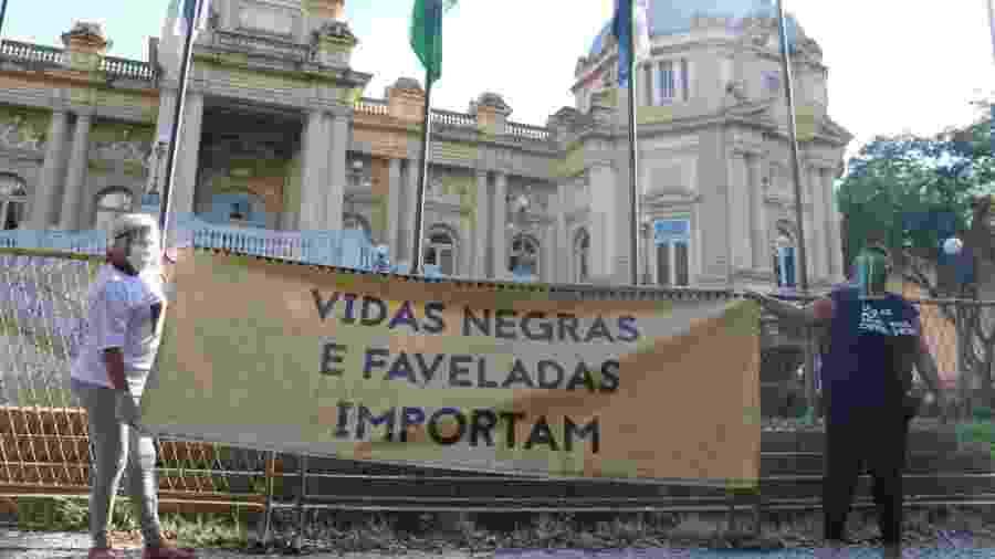 Manifestantes protestam contra a violência policial e o racismo em frente ao Palácio Guanabara, sede do governo do Rio - Reprodução/ Instituto Marielle Franco