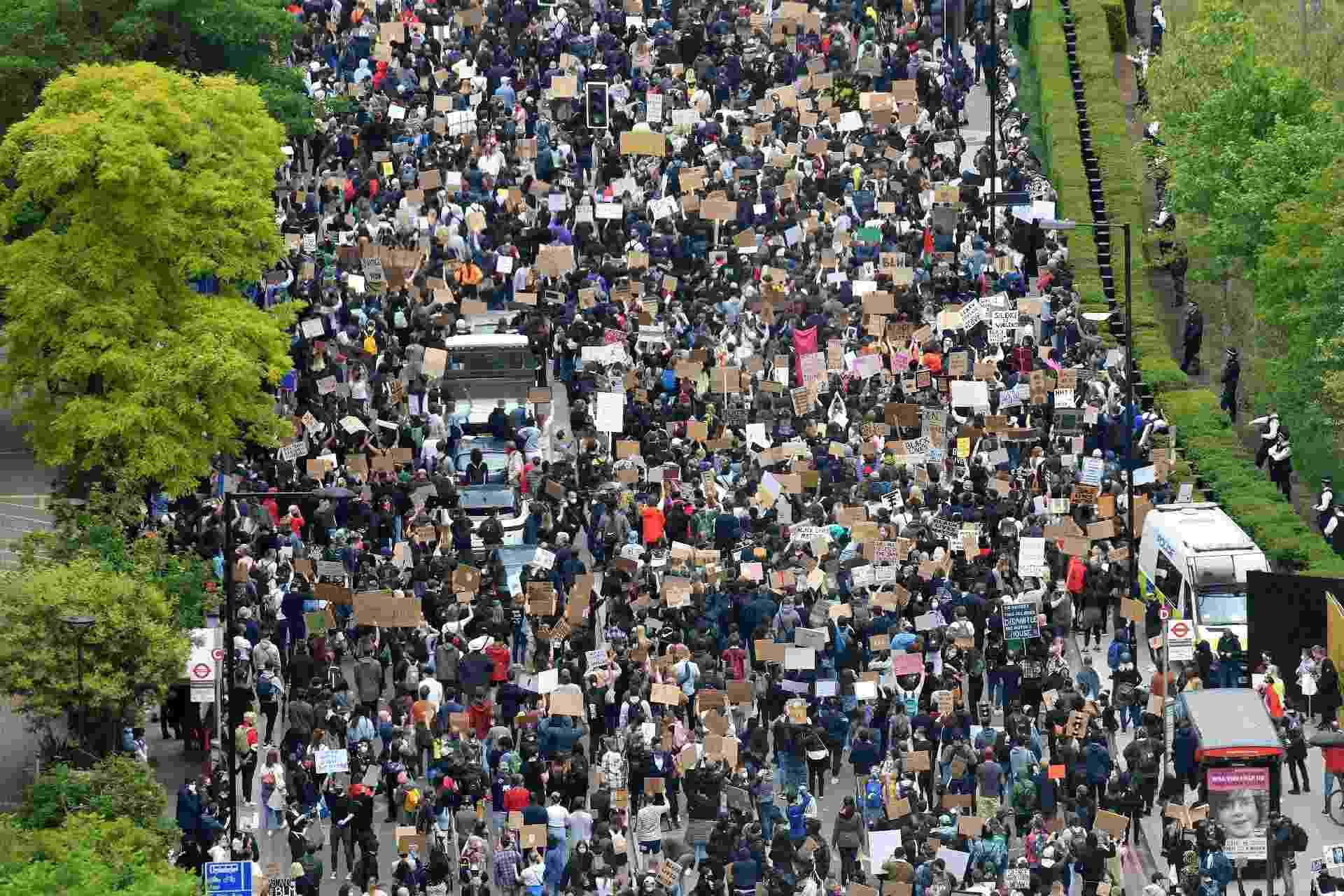 Manifestantes reunidos em frente à Embaixada dos EUA em Londres - JUSTIN TALLIS/AFP