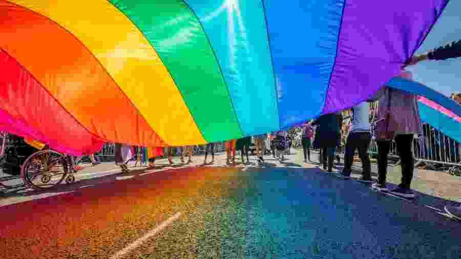 Enorme bandeira do arco-íris é exibida na Parada do Orgulho Gay em Reykjavik, Islândia - Getty Images